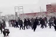 好嗨呀!雪后上百学生和训练的辅警打雪仗:第一次袭警
