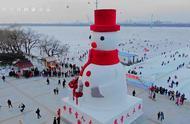 """「航拍」Hey!雪人来了!哈尔滨20米高雪人""""巨无霸""""成游客新宠"""