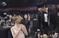 李惠利和男友柳俊烈一起上台领奖,两人拥抱牵手发狗粮