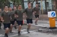 驻港部队帮助香港市民清理路障后返回军营!