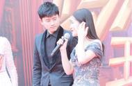 谢娜夫妇携手走《跨界》总决赛红毯,张杰看谢娜的眼神深情如初!