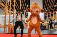 媒体记者转职博览会吉祥物体验背后艰辛 微笑头套之下汗流如注