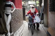巴西圣诞老人给贫民窟小朋友发礼物,网友:这是最美的圣诞老人!