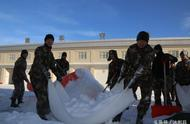 实拍:兵哥哥扫雪大作战,堆的雪都是标准的豆腐块