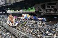 29岁小伙跳下火车救老奶奶,用一条腿换回一条命,老人下跪感恩
