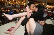 怎么看待当众接吻的行为?社会的进步还是退步?