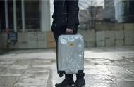 破到机场搬运工都不忍心摔的烂箱子,竟然刷爆了时尚圈