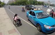 轮椅女孩独自搭出租车,司机暖心安慰女孩,到站后亲自抱她下车!