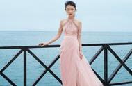 27岁周冬雨高调现身,穿雨珠链粉裙大方优雅,配饰居然值一套房?