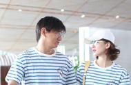 刘诗诗夫妇好会穿,情侣装同款不同款看着都像一对,搭配甜出蜜