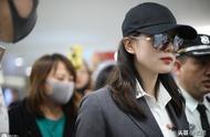 刘诗诗产子5个月后现身上海机场,白衬衫外搭黑风衣,女人味十足