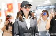 女演员刘诗诗穿黑色风衣现身机场,戴棒球帽黑超遮面,时髦新潮