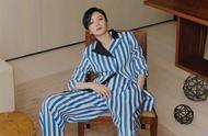 秦岚以鲜少演绎的干练短发搭配蓝白条纹套装,率性更显摩登姿态