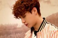 张艺兴一头羊毛卷发+橙色条纹穿搭,青春又活力可爱得像一只泰迪