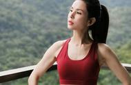 总被大家说太瘦,李若彤晒健身照表示不服,难怪她穿衣好看显年轻