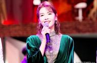 41岁刘涛亮相《跨界歌王》被人眼馋,穿开叉裙风韵犹存,美得发光