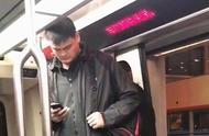 网友乘地铁偶遇姚明!因太高身形成S,没法抬头只能低头玩手机