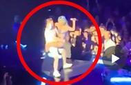 LadyGaga与男粉丝互动太激烈,双双跌落舞台,姿势尴尬Gaga当肉垫?