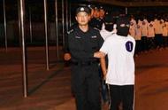 跨境打击!海口警方从中缅边境将18名电信网络诈骗嫌疑人押解回琼
