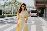 37岁Selina穿鹅黄连衣裙超有少女感,与刘亦菲、娜扎撞衫,真大胆