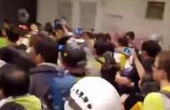 刚刚!内地游客再遭香港示威者骚扰殴打 混乱之中他说出了这话
