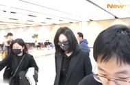 宋茜和Amber回到韩国吊唁雪莉。有空姐爆料宋茜非常难过,脸色差