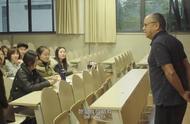 外教在中国大学课堂,看见教室特别大非常生气,称这没学习气氛