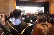 震撼人心! 现场:香港大学毕业典礼上毕业生齐声高唱国歌