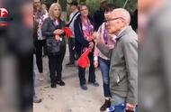 点赞!91岁老人用英语向外国旅客介绍西安