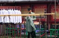 兵哥哥跑步动作帅气,身后整齐的军靴和军装,摆的非常漂亮!