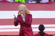 LadyGaga演唱会与男粉激烈互动 双双跌落舞台