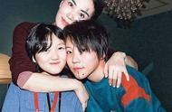 王菲携女儿李嫣见友人,母女俩穿搭如出一辙,戴墨镜方式秒上热搜