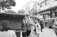 宝鸡人民街路段车流量大、人员集中、摊位多是个老大难问题,该取缔就取缔