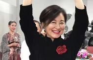 65岁林青霞与友人一起庆生:面对镜头翩翩起舞,富豪老公为她鼓掌