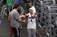 当你在健身房健身时,旁边的人边健身边吼,你会作何反应