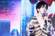 薛之谦演唱会,深V加透视装,网友直呼:这件衣服我好喜欢