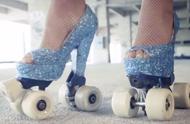这妹子挑战带轮滑的高高跟鞋,刚穿上,就跪下了!