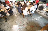 重庆泡脚火锅店走红,在鱼池里吃火锅,体验冰火两重天