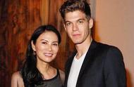 英媒爆邓文迪和23岁模特男友分手!小鲜肉已把她的美照删光!