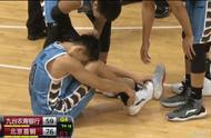 再次受伤!刘晓宇被戴怀博垫脚痛苦倒地