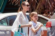 安吉丽娜·朱莉一席白裙仙气十足,44岁依然美的明艳动人
