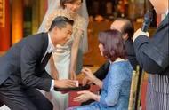 林志玲与老公深情拥吻,谁注意黑泽手放的位置?
