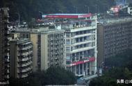 魔幻重庆又来了,一栋建筑一楼是加油站,六楼楼顶也是加油站