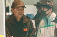 王俊凯机场偶遇导演张艺谋,狂野男孩变身谦和有礼的乖乖仔