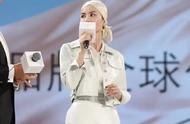 王菲高调亮相赫莲娜活动现场,罕见扎起了头巾,为品牌宣传。