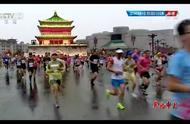 西安马拉松雨中开跑 CCTV5直播中