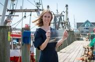 """英国美女大学生妹发明""""鱼皮塑料"""",比石化塑料更环保、耐用"""