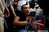 港警机场解救游客遇暴徒阻挠 曾一度举枪自卫(图)