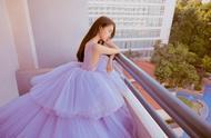 关晓彤淡紫色纱裙大秀美背腰超细,选对造型气质足大长腿很抢镜