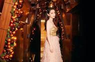 Angelababycosmo時尚盛典造型,金屬感抹胸長裙,配合紅唇妝容